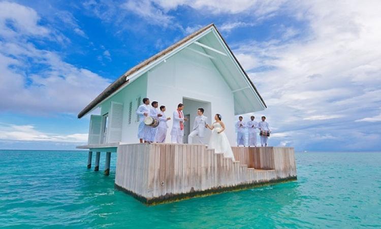 بالصور .. زفاف فى كوخ زجاجى وسط المحيط .. إيه الدماغ دى !!