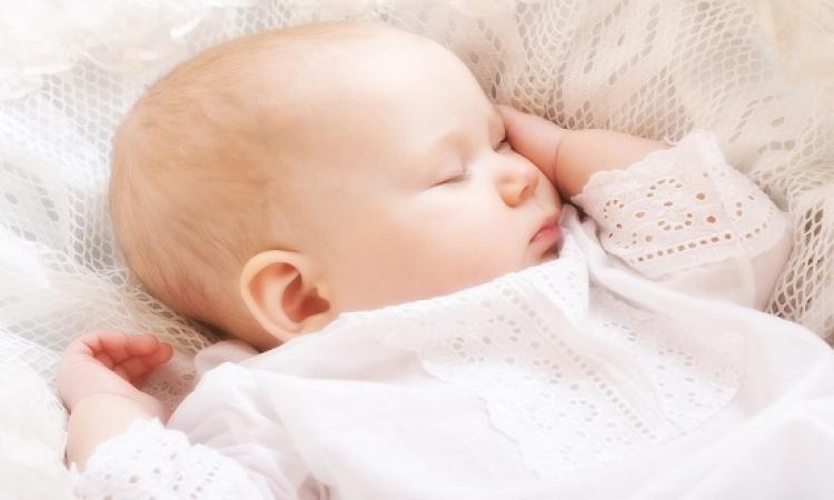 بالفيديو .. تقنية بسيطة تنيم طفلك الرضيع فى 60 ثانية