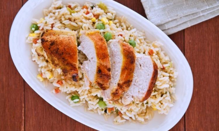 طبق اليوم .. أرز بالدجاج والمكسرات لسفرة مميزة