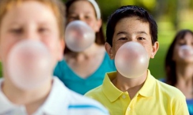 العلكة الخالية من السكر تحسن من صحة أسنان الأطفال