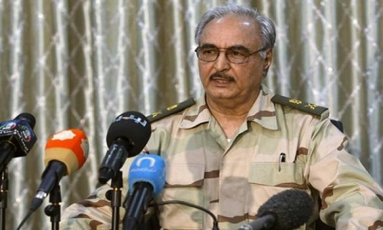 حفتر يعد بنصر نهائى على داعش بعد هزيمتها فى بنغازى