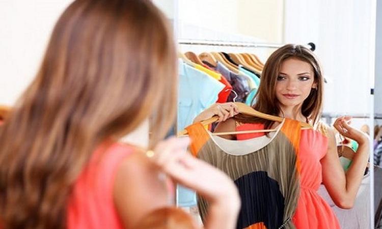 للفتيات والشابات .. خدع الملابس لتصغير حجم الصدر
