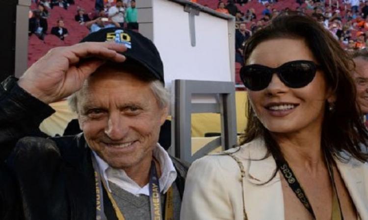بالصور .. مزاح كاترين زيتا جونز لزوجها مايكل دوجلاس