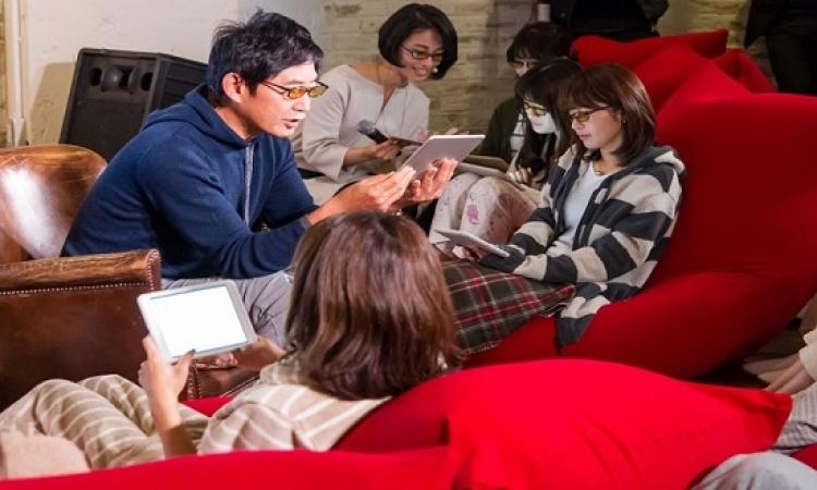 بالصور .. نظارة يابانى لحماية عينيك من أضرار الهواتف الذكية