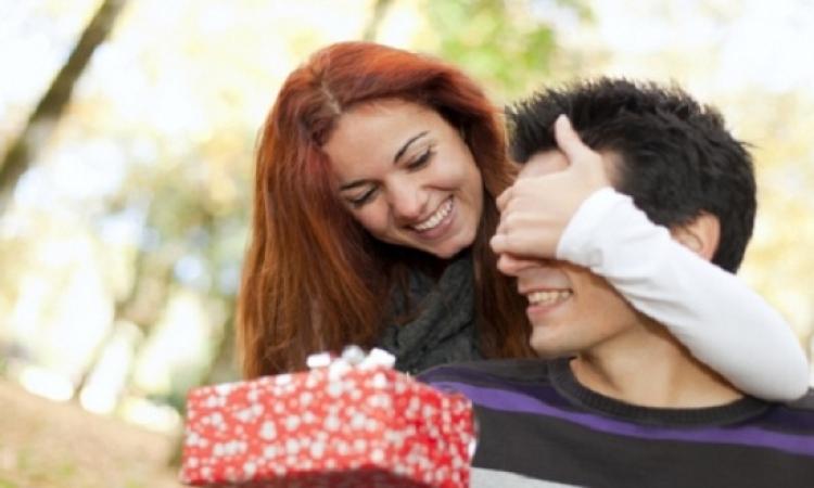 5 أشياء تجعل الرجل يقع في حبك .. تعرفى عليهم