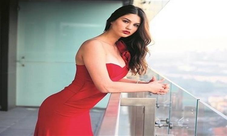 بالصور .. ملكة جمال تركيا إيجيم تشربان تتألق بالأحمر