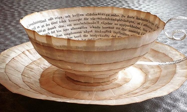 بالصور .. سويدية تحول اوراق الكتب القديمة لتحف مذهلة