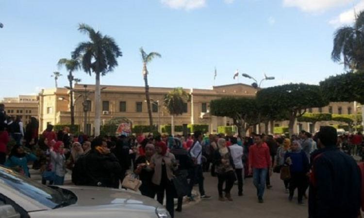 حالات إغماء بين طلاب جامعة القاهرة لدخول حفل هانى شاكر