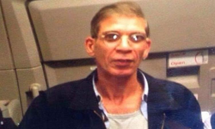 مختطف الطائرة المصرية مع أحد الركاب .. سيلفى الخطف !!
