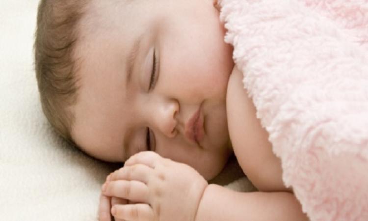 لماذا يشكّل نوم طفلك على بطنه خطراً على حياته ؟