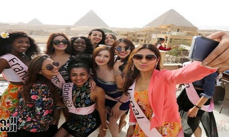 بالصور .. ملكات جمال العالم يروجّن للأهرامات