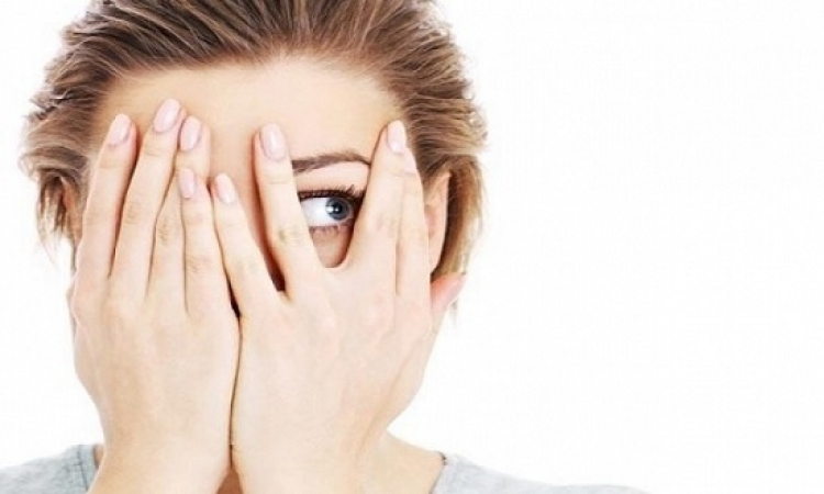 كيف تتخلّصين من مظهر تعب وإرهاق عينيكِ؟