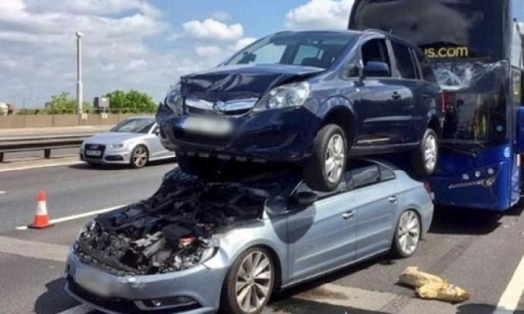 حادث مفزع .. اصطدمت السيارات ببعضها ونجا الجميع