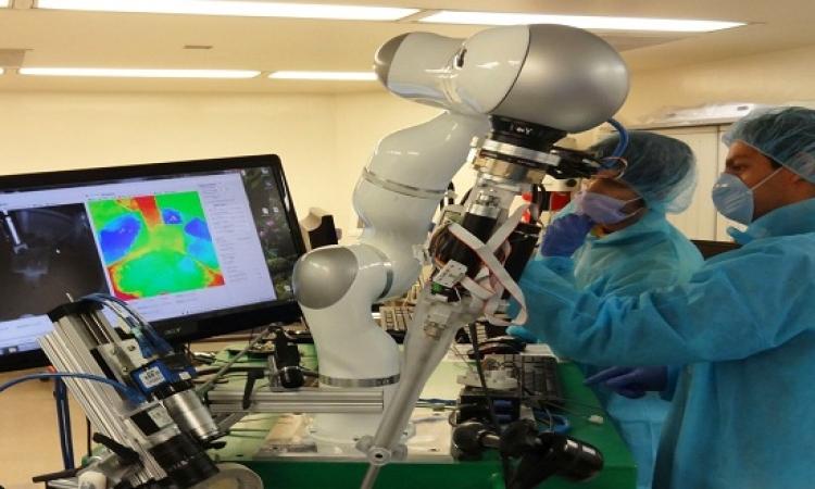 روبوت ذكى يقوم بعملية خياطة الجروح أفضل من الأطباء