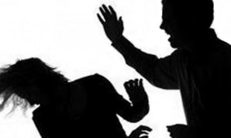 بالفيديو .. شاب يصفع شقيقته ويمنعها من استكمال الرقص بفرح