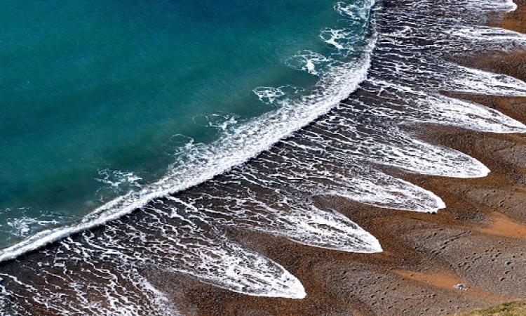 بالصور .. سر شكل الامواج الغريب فى شاطىء انجلترا الغامض !!