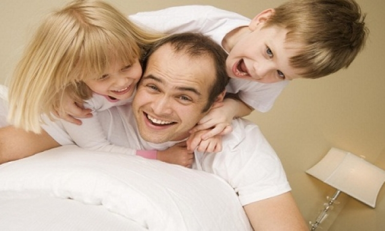 لعب الأب مع أطفاله يحسن صحتهم النفسية والسلوكية