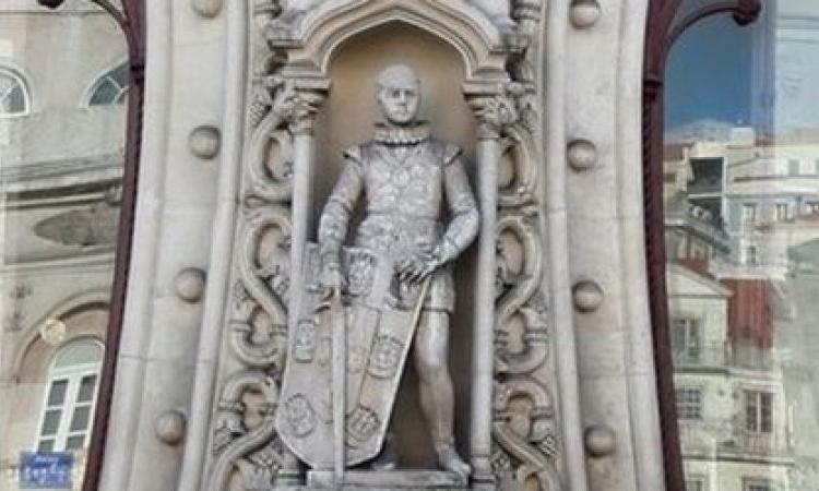 """بسبب """"سيلفي""""تحطم تمثال تاريخي!"""