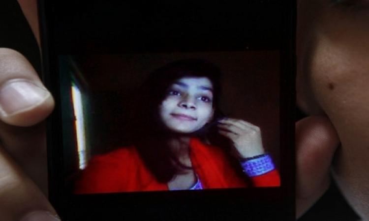 بالصور.. أم باكستانية تشعل النار فى ابنتها