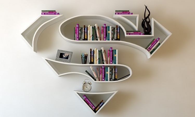 بالصور .. تركى يحول شعارات الابطال الخارقين لارفف ومكتبات
