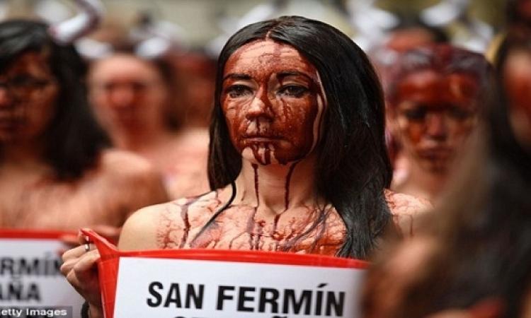 """بـ""""القرون والدماء"""".. متظاهرون بسبب العنف ضد الحيوانات"""