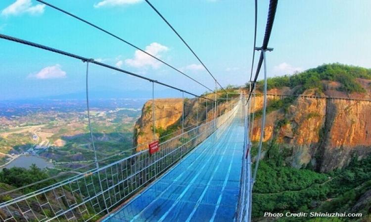 بالفيديو والصور..الصين تفتتح أعلى وأطول جسر زجاجى بالعالم