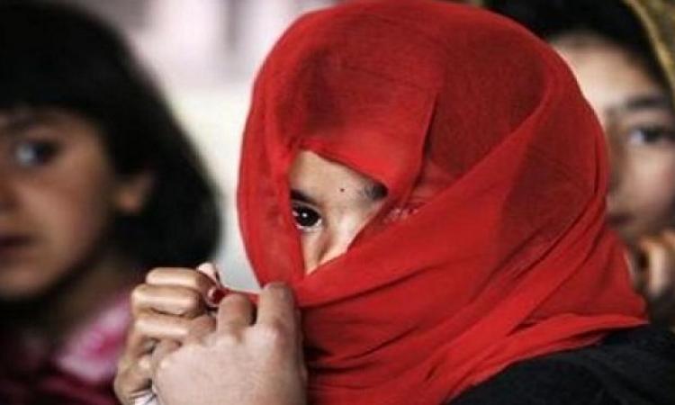 بالفيديو .. أفغانيات يضربن أب زوّج طفلته من كهل يكبرها بـ 49 عام