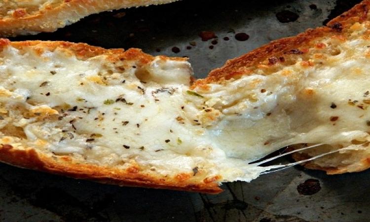 تعرفى على طريقة عمل خبز الثوم الشهى بالموتزاريلا