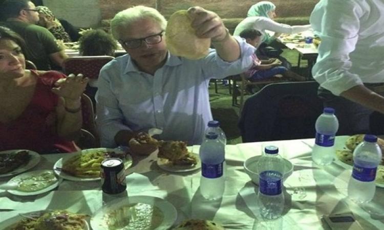 بالصور .. زعيم الأغلبية الإيطالى يأكل موزة مشوية بالقاهرة