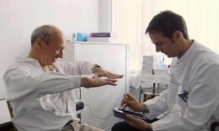 تدريب طبى يقوم على تحفيز الأعصاب لمرضى الشلل