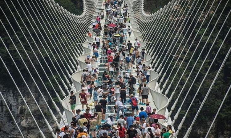 بعد أيام من افتتاحه .. الصين تغلق أطول وأعلى جسر زجاجى