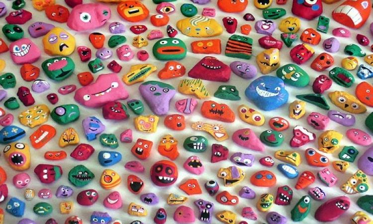 بالصور .. اب وابناءه يحولون الصخور لوجوه ملونة .. وبيخبوها كمان !!