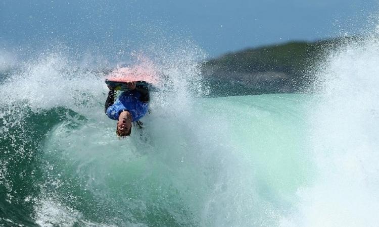 قرش يهاجم راكب أمواج بأستراليا ويعض قدمه وذراعه