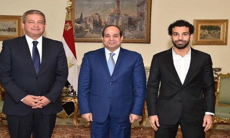 بالصور .. السيسى يهنىء محمد صلاح بفوزه بجائزة افضل لاعب فى البريميرليج