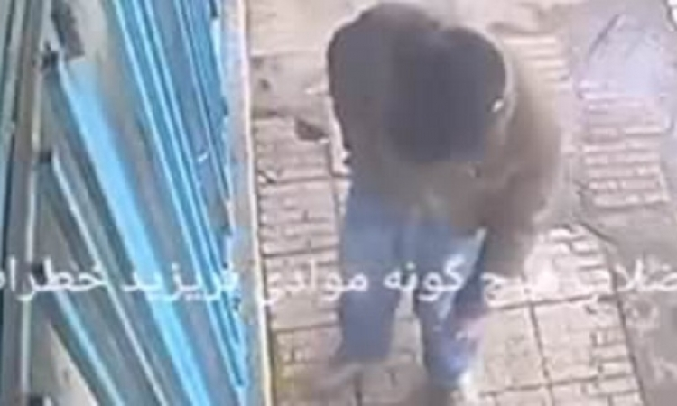 بالفيديو.. شاب يلقى سيجارة بحفرة فتنفجر فى وجهه