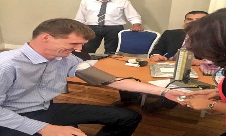 """بالصور..""""جون كاسل"""" يتبرع بالدم معلقًا:""""حبينا نشارك المصريين فى الشهر الكريم"""""""