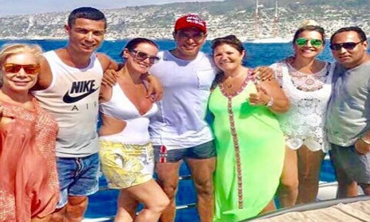 بالصور .. أبو هشيمة بيصيف مع رونالدو وعائلته على شواطئ اسبانيا