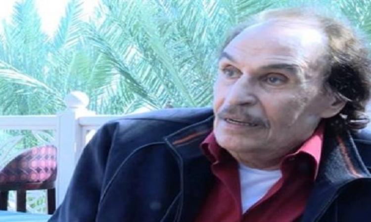 بالصور .. الأحزان تحيط بالفنان عزت العلايلى بعد وفاة زوجته