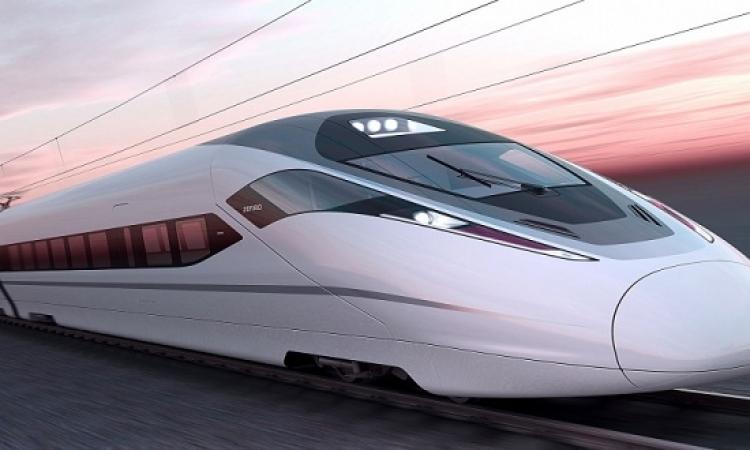 بالفيديو.. مغامر يركض فوق قطار أثناء سيره