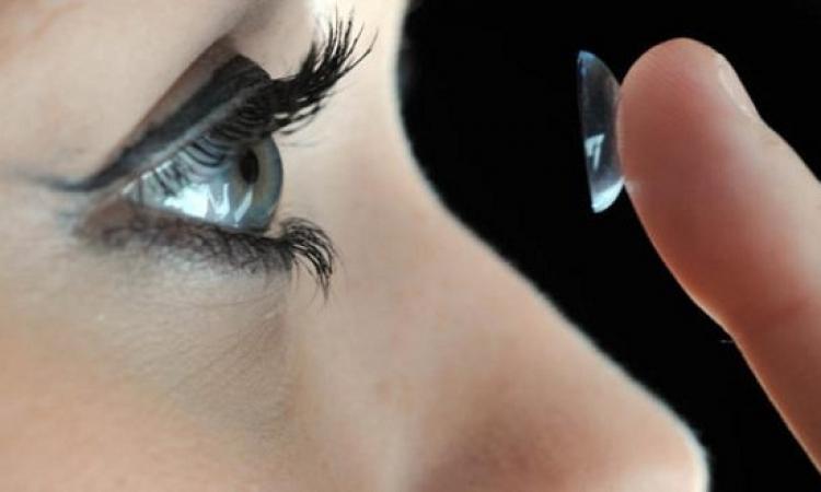 عملية جراحية نادرة لإزالة 27 عدسة لاصقة من عين عجوز بريطانية