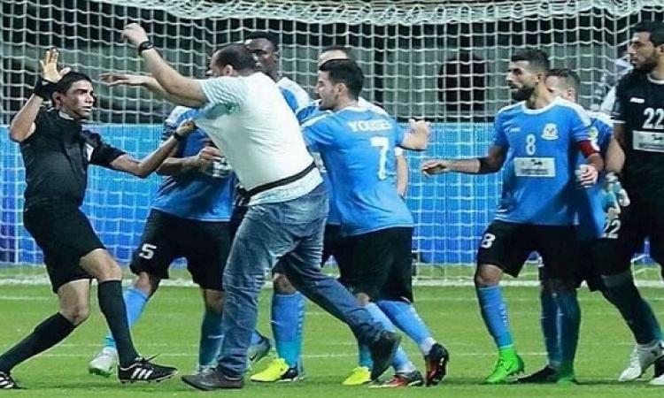 """بالفيديو .. اعتداء """"همجى"""" من لاعبى الفيصلى على الحكم نور الدين"""