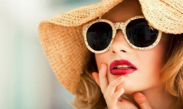 للشابات .. مكياج نهارى يليق بالنظارات الشمسية
