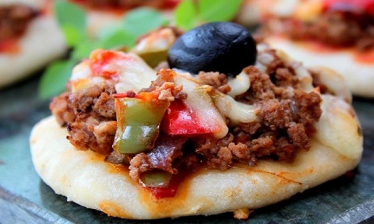 طبق اليوم .. مينى بيتزا باللحم المفروم