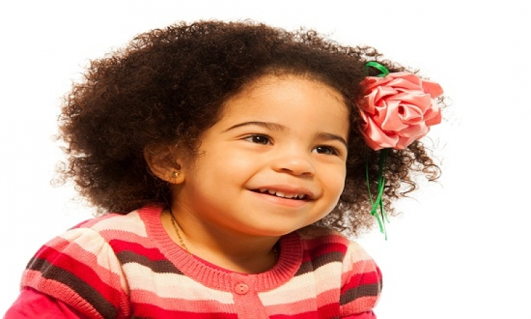 استخدمى هذه الوصفات الطبيعية لتنعيم شعر ابنتك المجعد