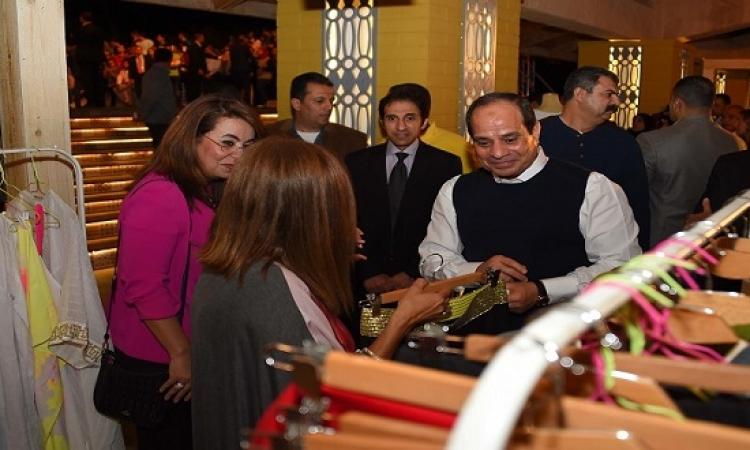 بالصور .. الرئيس السيسى يتفقد معرض الحرف اليدوية والتراثية على هامش منتدى الشباب
