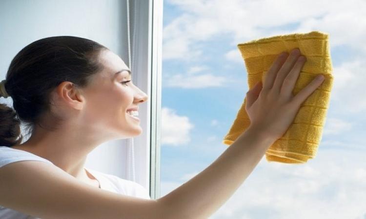 تعرفى على خطوات إزالة الملصقات عن زجاج النوافذ