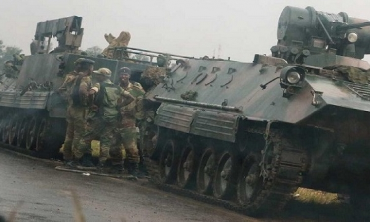 جيش زيمبابوى يسيطر على السلطة ويؤكد ان الرئيس موجابى بخير