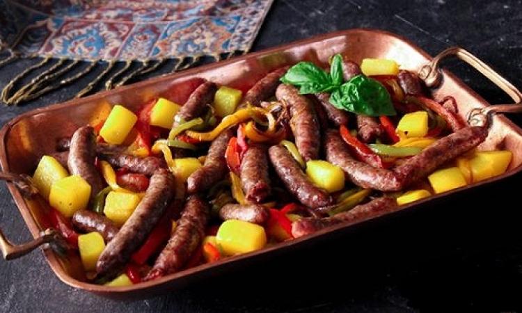 من المطبخ المغربى .. طريقة عمل طاجن السجق بالبطاطس