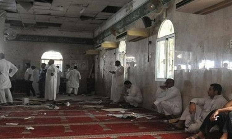شهود عيان:15 مسلحا اقتحموا المسجد وأطلقوا الرصاص والعبوات الناسفة