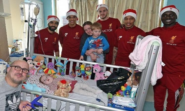 بالصور.. محمد صلاح يشارك نجوم ليفربول توزيع هدايا الكريسماس